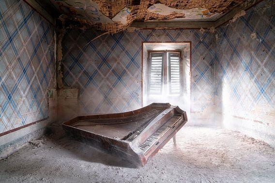 Verlaten Piano op de Grond.