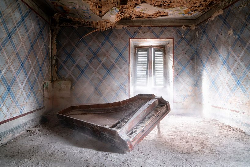 Verlaten Piano op de Grond. van Roman Robroek