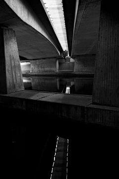 Viaduct in zwart/wit van Helene de Jongh