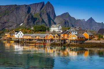 Die gelben Häuser von Sakrisøy auf den Lofoten von Hamperium Photography
