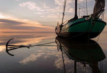 Droogliggend skutsje bij zonsondergang van Hette van den Brink