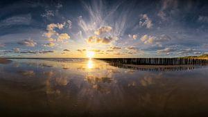 Forces (zonsondergang Dishoek strand) van Thom Brouwer