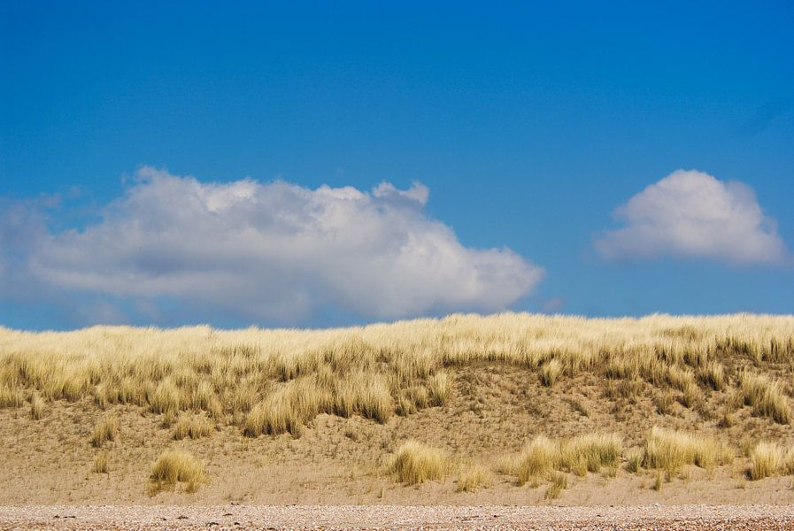 Duinen tegen blauwe lucht van Jan Maur