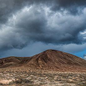 Wolkenlucht boven El Mojon op La Graciosa, Canarische Eilanden, Spanje van Harrie Muis