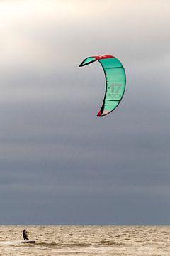 kitesurfer op zee von Bernadet Gribnau