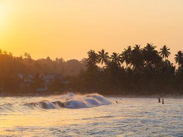 Zonsondergang en golven in Mirissa, Sri Lanka van Teun Janssen