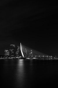Erasmusbrug Rotterdam in zwart-wit van