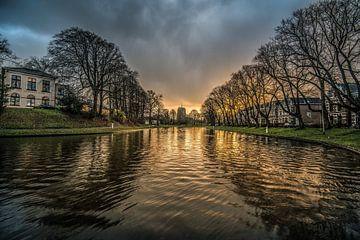 Stadsgracht Leeuwarden vlak voor zonsondergang van Harrie Muis