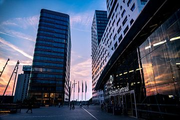 Utrecht Centraal Station en Stadskantoor bij zonsondergang van