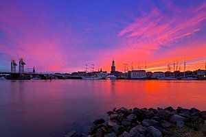 Kampen tijdens paarse rode zonsondergang