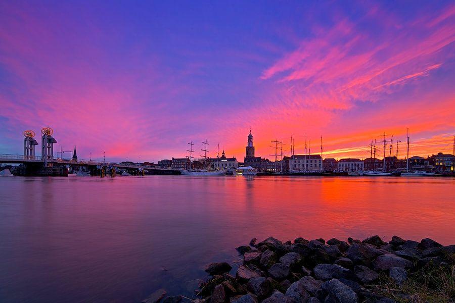 Kampen tijdens paarse rode zonsondergang  van Anton de Zeeuw