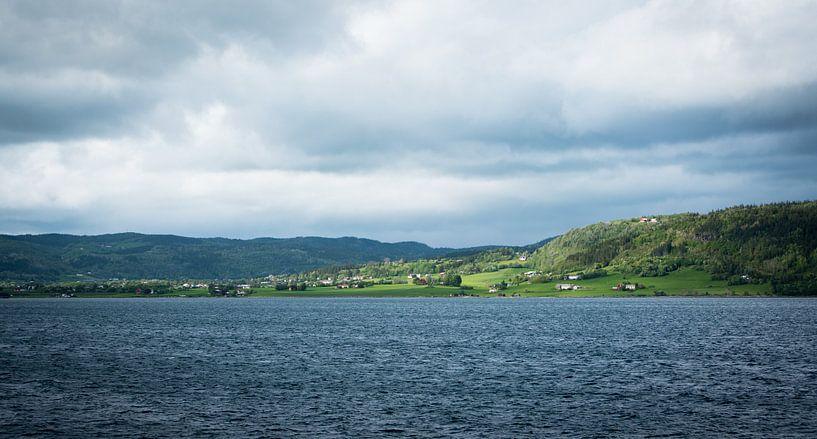 Uitzicht op een groen Noors eiland van Capture the Light