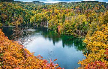 Plitvice Seen mit Wasserfall im Herbst, Kroatien von Rietje Bulthuis