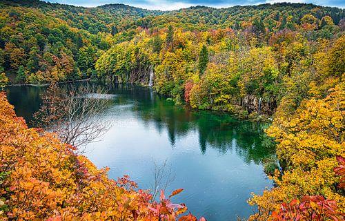 Plitvicemeer met waterval in de herfst, Kroatië