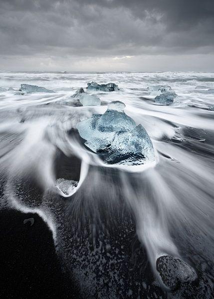 Ice blocks in the surf van Ralf Lehmann