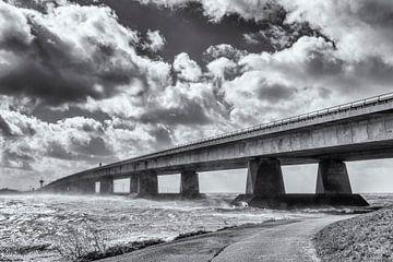 Ketelbrug die Oostelijk Flevoland verbindt met de Noordoostpolder in Nederland in een zware voorjaar van Sjoerd van der Wal