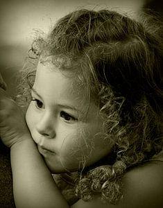 Kijkend meisje, verlegen en nieuwsgierig tegelijk van