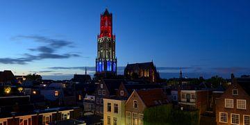 Stadsgezicht met rood-wit-blauwe Domtoren in Utrecht sur Donker Utrecht