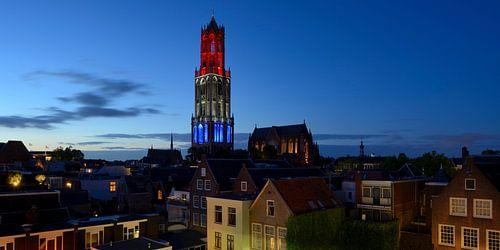 Stadsgezicht met rood-wit-blauwe Domtoren in Utrecht