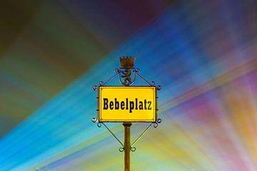Straatnaambord op de Berlijnse Bebelplatz met kleurrijke lichtbundels van Frank Herrmann