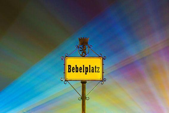 Straatnaambord op de Berlijnse Bebelplatz met kleurrijke lichtbundels