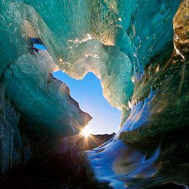 IJsgrot in een gletsjer te IJsland van Anton de Zeeuw