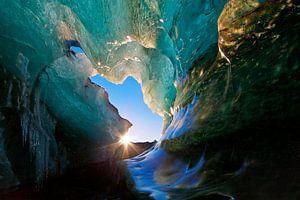 Eishöhle in einem Gletscher in Island
