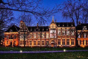 Drents Museum bij avondlicht van Fred van Bergeijk