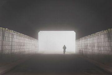 Fahrradtunnel im dichten Nebel von Femke Straten