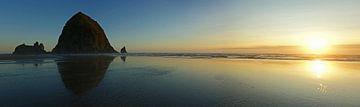 Haystack Rock, Cannon Beach, bei Sonnenuntergang von Jeroen van Deel