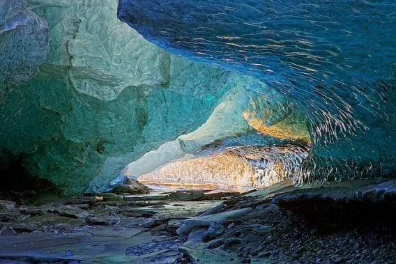 In een ijsgrot van een gletsjer