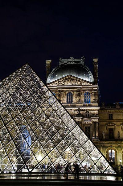 Louvre by Night 2 van Sandra van Kampen