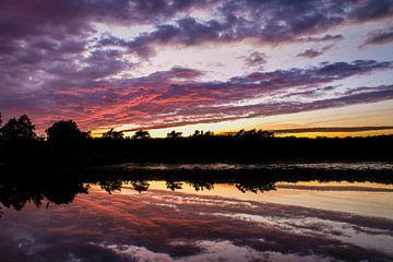Sonnenuntergang über einem Teich von Johan Vanbockryck