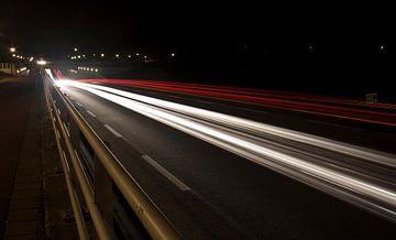 Lichtstralen over autoweg. von Richard de Nooij