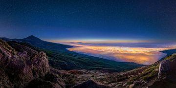 Tenerife in het avondlicht met sterrenhemel en lichtende wolken. van Voss Fine Art Fotografie