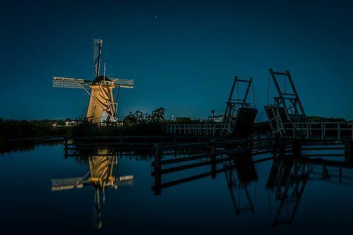 Verlichtte molen bij ophaalbrug