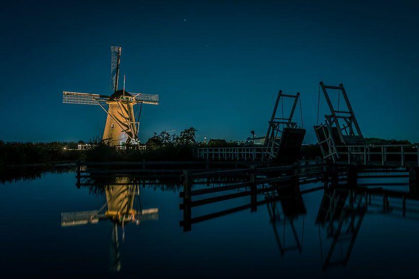 Verlichtte molen bij ophaalbrug van Henri van Avezaath