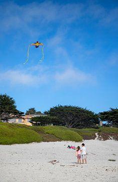 Vliegeren op het strand van Carmel by the sea van