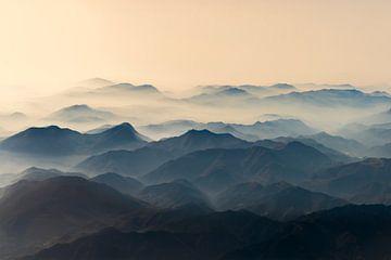 Montagnes enveloppées dans le brouillard du matin sur Gerard Wielenga