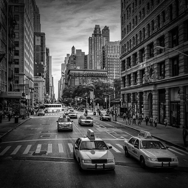 NEW YORK CITY verkeer op 5th Avenue | monochroom van Melanie Viola