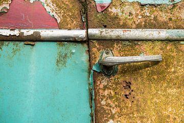 Oude roestige autodeur / antique old rusted car door van
