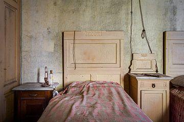 Antieke slaapkamer met nachtlampje van Perry Wiertz