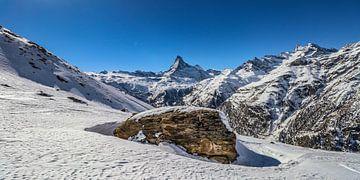 Een grote rots met op de achtergrond het Matterdal en de Matterhorn, in Wallis, Zwitserland von Arthur Puls Photography
