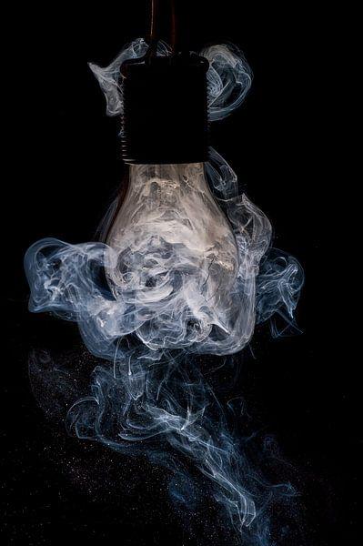 Gloeilamp en rook van Luc V.be