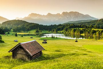 Heustadel am Geroldsee bei Sonnenaufgang, Bayern, Deutschland von Markus Lange