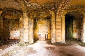Bögen in verlassener Kirche