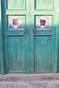 Zonlicht op antieke paneeldeuren, China
