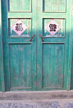 Sonnenlicht auf alte Füllungstüren, China von Inge Hogenbijl