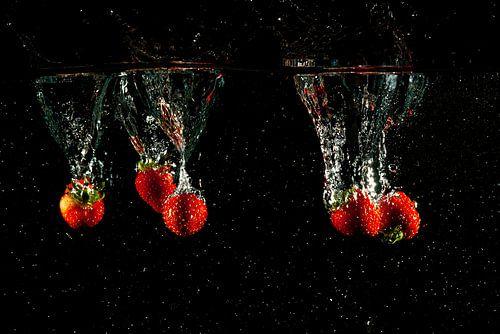 Splash aardbeien in het water met druppels van Fotografiecor .nl