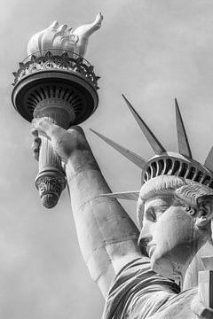 NEW YORK CITY Freiheitsstatue in Monochrom von Melanie Viola